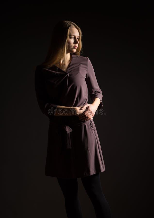 Кавказский белый женский модельный портрет Красивая девушка, длинные светлые волосы Женщина представляя студию сняла на черной пр стоковое фото