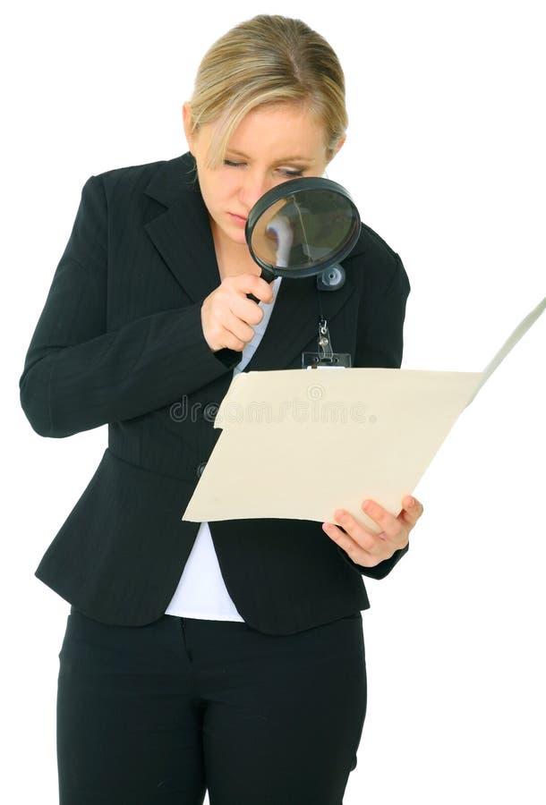 кавказский женский скоросшиватель расследует стоковое изображение rf