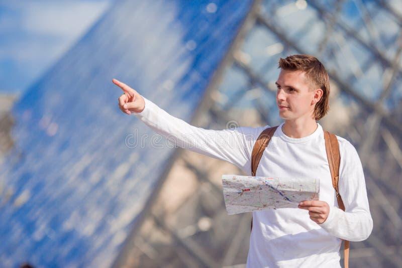 Кавказский молодой человек с картой в европейском городе стоковое изображение rf