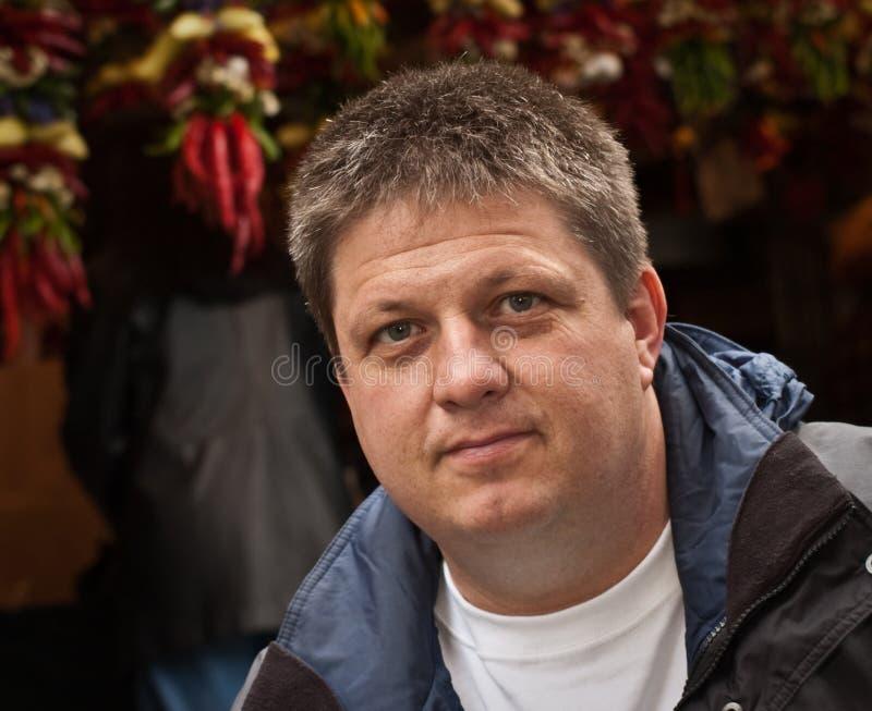 кавказский мыжской обычный постоянный посетитель стоковая фотография rf