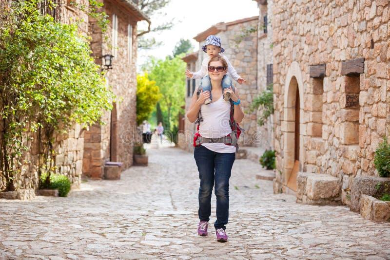 Кавказский турист женщины нося ее маленького сына стоковые фотографии rf
