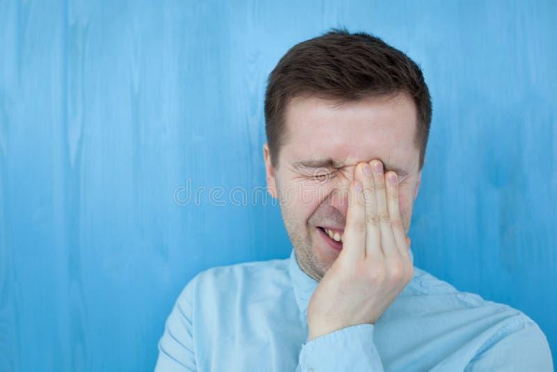 Кавказский человек в концепции выражения счастья голубой рубашки усмехаясь беспечальной эмоциональной стоковые изображения