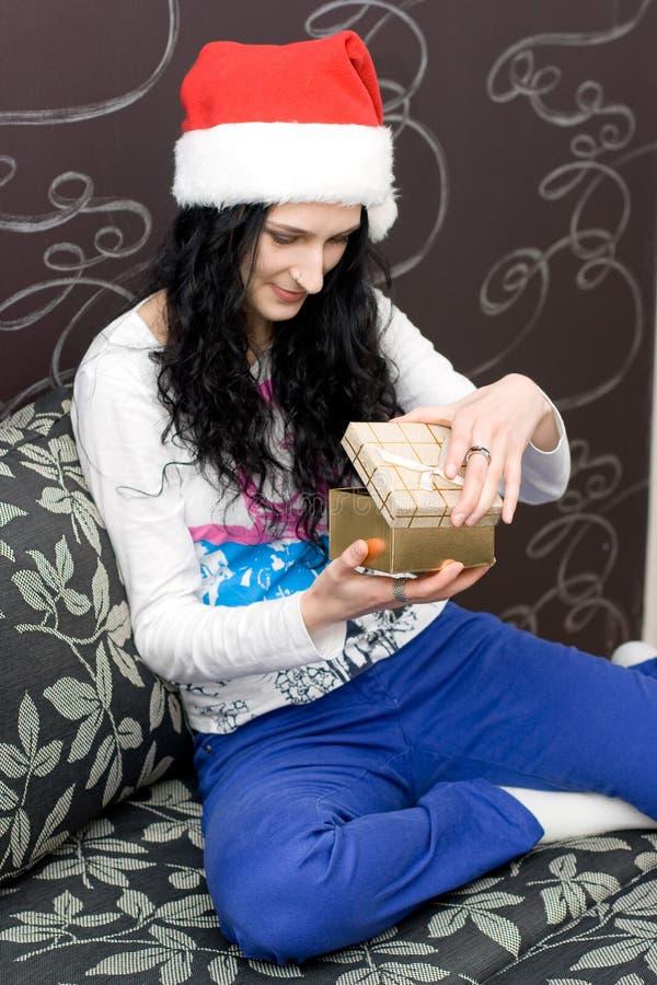 кавказский шлем santa девушки подарка стоковые фото