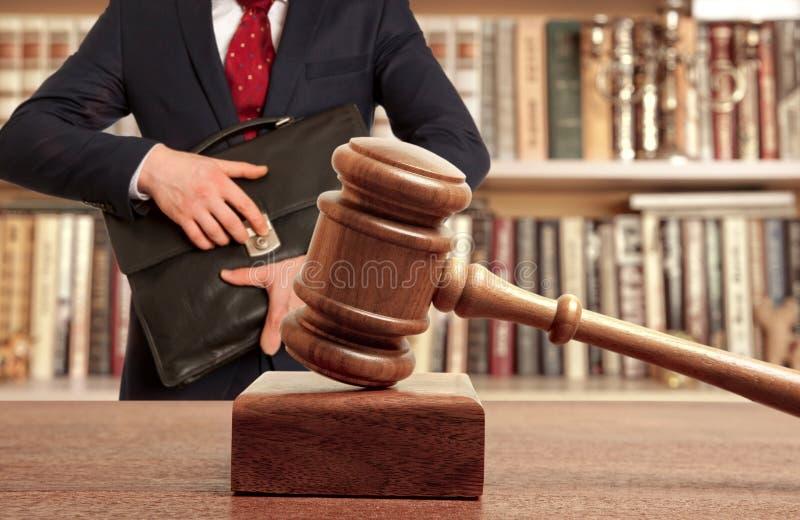 Кавказский юрист в суде стоковые изображения