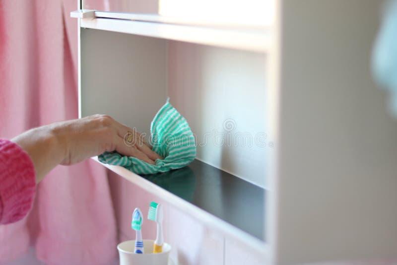 Кавказский bathroom чистки женщины с ветошью Извлекать концепцию пыли стоковое фото rf