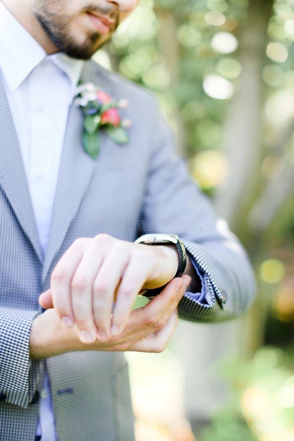 Кавказский groom при борода смотря костюм вахты и носить серый стоковое изображение rf