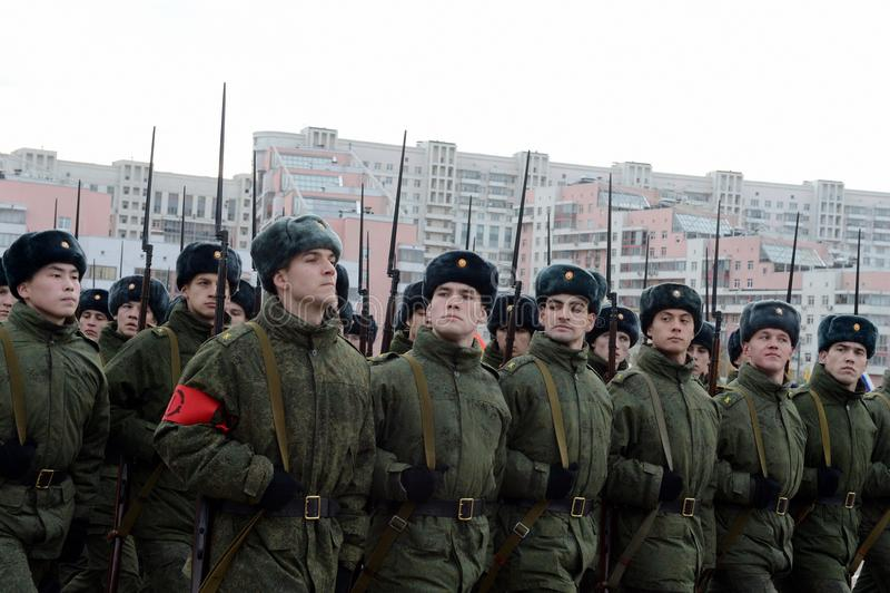 Кадеты военного училища с винтовками Великой Отечественной войны подготавливают для парада 7-ого ноября на красной площади стоковое изображение