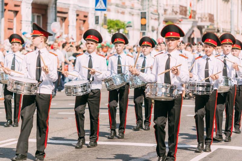 Кадеты парней в белых рубашках с барабанчиками на параде дня победы стоковое изображение rf