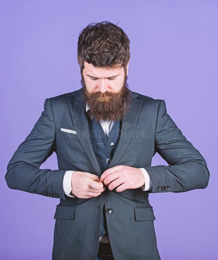 Каждая деталь должна быть идеальна r Хипстер стильного аналитика деловой активности зрелый с бородой аналитик деловой активности стоковая фотография