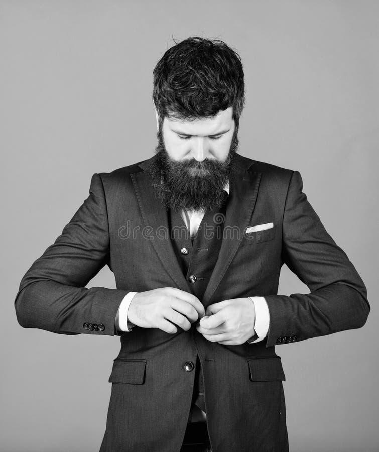 Каждая деталь должна быть идеальна r Хипстер стильного аналитика деловой активности зрелый с бородой аналитик деловой активности стоковые фотографии rf