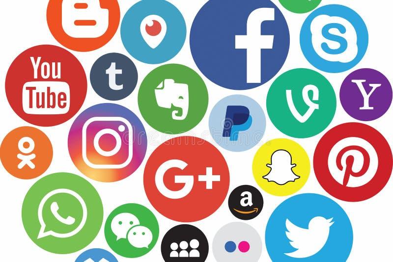 КАЗАНЬ, РОССИЯ - 26-ое октября 2017: Собрание популярных социальных логотипов средств массовой информации напечатанных на бумаге иллюстрация штока