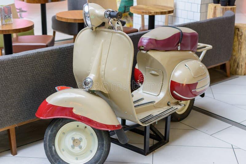 Казань, Татарстан/Россия - 10-ое мая 2019: Мотороллер Vyatka VP150 был брендом русских скутеров изготовленных Vyatskiye стоковые фотографии rf