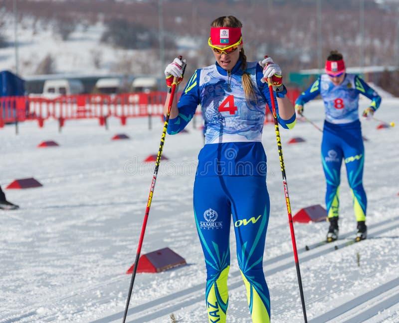 КАЗАХСТАН, АЛМА-АТА - 25-ОЕ ФЕВРАЛЯ 2018: Конкуренции беговых лыж дилетанта фестиваля 2018 лыжи ARBA участники стоковые изображения rf