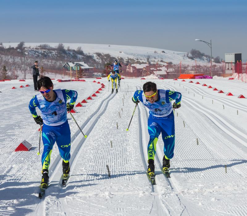 КАЗАХСТАН, АЛМА-АТА - 25-ОЕ ФЕВРАЛЯ 2018: Конкуренции беговых лыж дилетанта фестиваля 2018 лыжи ARBA участники стоковые фотографии rf