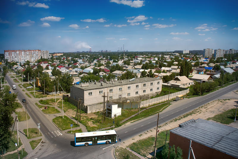 Казахстан, Pavlodar - 24-ое июля 2016: Город Pavlodar в северном Казахстане 2016 Участок частных домов и жилых домов стоковые фото