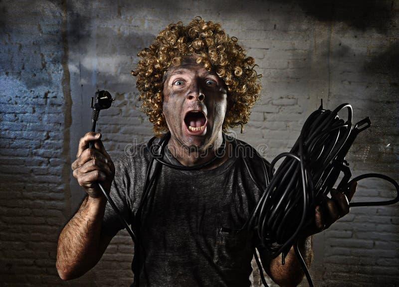 Казненный на электрическом стуле человек при кабель куря после отечественной аварии с пакостным, который сгорели ударом стороны к стоковые фото