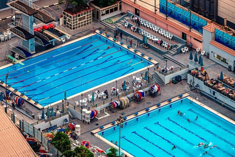 18/11/2018 Каиров, Египет, взгляд небоскреба бассейнов спорт где люди плавают стоковые фото
