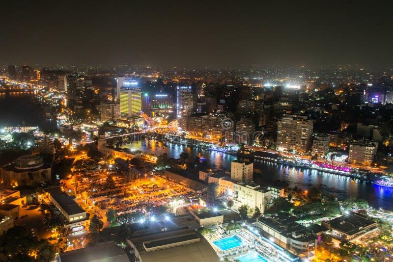 Каир ЕГИПЕТ 25 05 Вид с воздуха 2018 Нила и моста вечером загоренных от башни Каира - Египта стоковые изображения rf