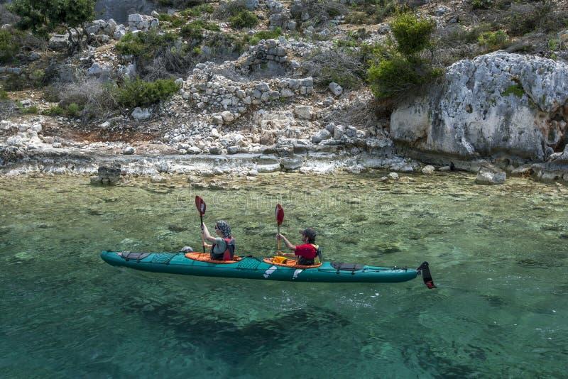 Кайкеры проезжают мимо острова Кекова в Турции стоковое изображение rf