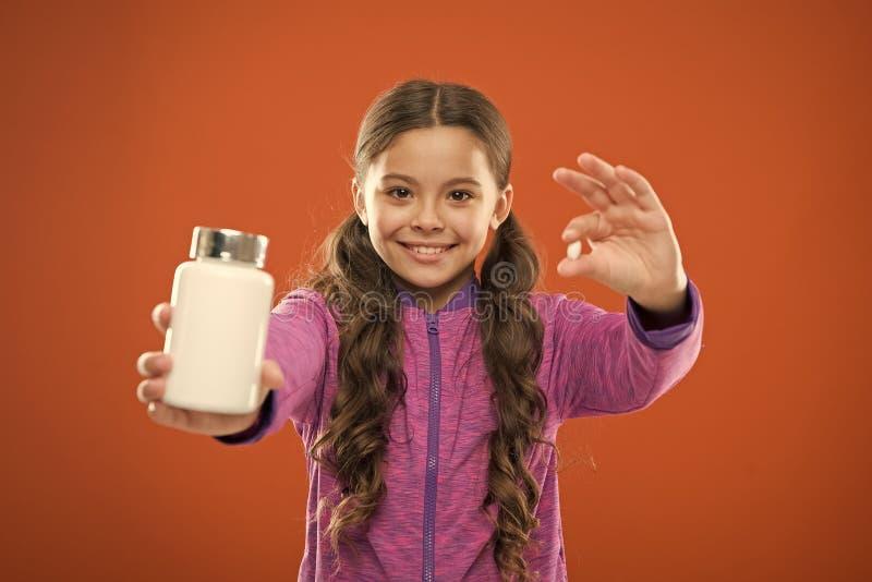 Как витамины взятия как следует Дополнения витамина взятия Съешьте здоровое питание Питательное тело помощи диеты здорово Девушка стоковая фотография rf