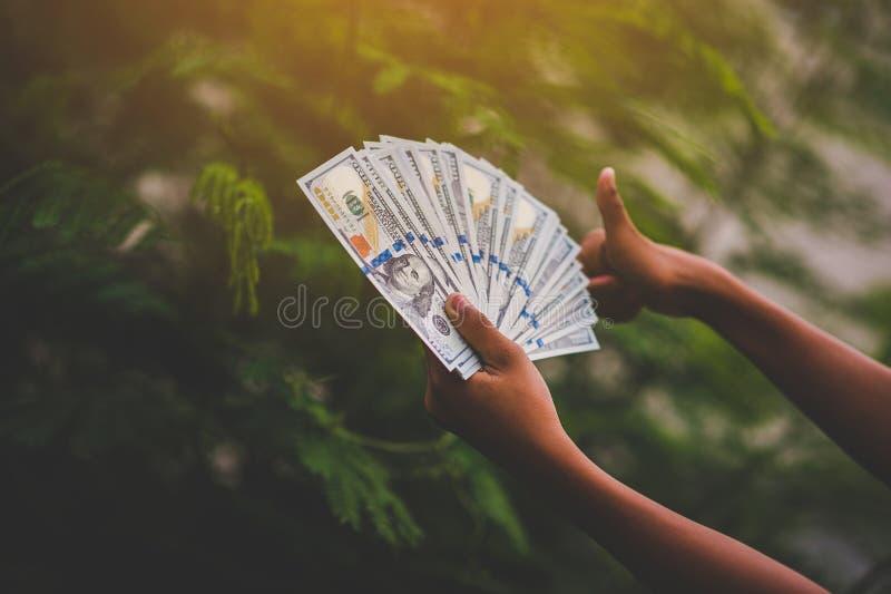 Как заработать деньги онлайн и деньги для того чтобы сделать дело финансовохозяйственно стоковая фотография rf