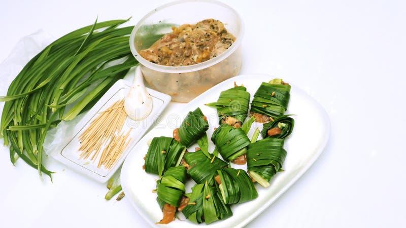 Как к обернутому цыпленку в pandan тайской еде шаг имеет сырье стоковые изображения