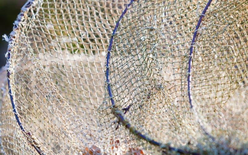 Download как премудрость людей рыболовства оборудования Крупный план белой сети Fishnet внешней Стоковое Изображение - изображение насчитывающей backhoe, рыбы: 40587703