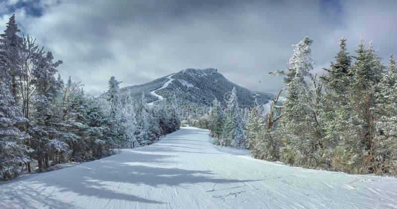 Как раз другое катание на лыжах в горе стоковые изображения