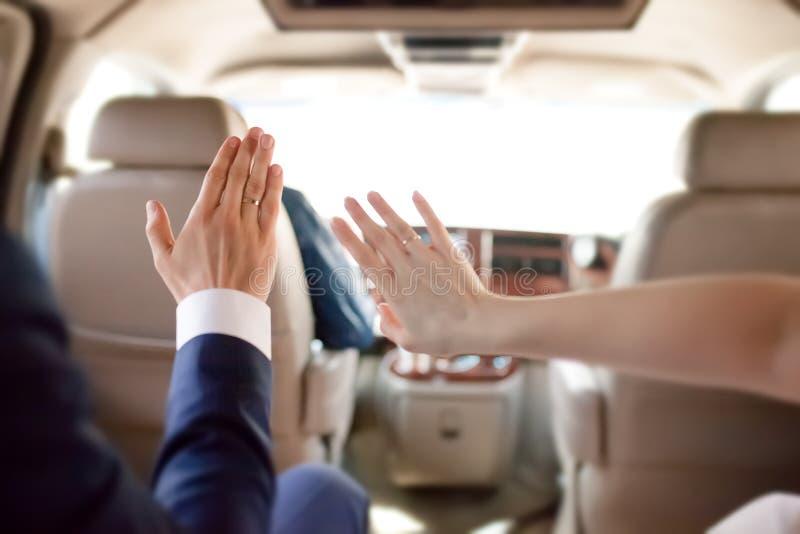 Как раз женатые пары в автомобиле, концепция медового месяца стоковые изображения rf