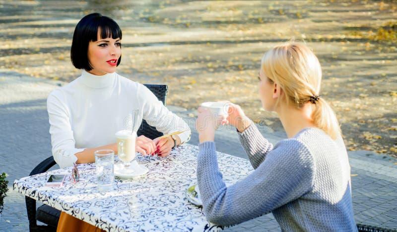 Как раз ослабляющ обед bisiness красота моды лета счастливые девушки друзей встречают в кафе концепция сплетни счастливый обед стоковые изображения
