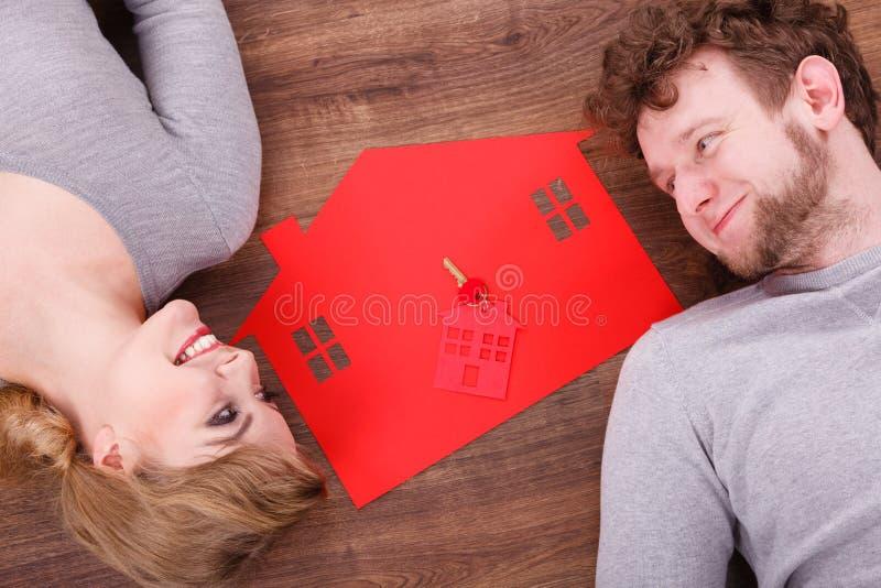 Как раз пожененный лежать на поле стоковые фотографии rf