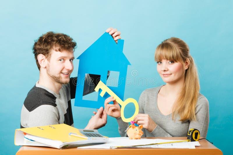 Как раз пожененный конструирующ их дом стоковое изображение