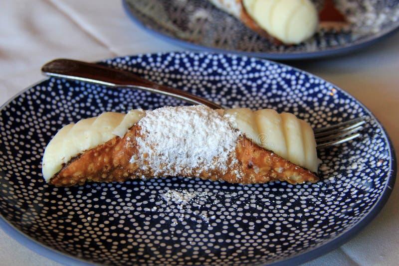 Как раз сделанное cannoli с приведенным в действие сахаром на милой плите стоковая фотография