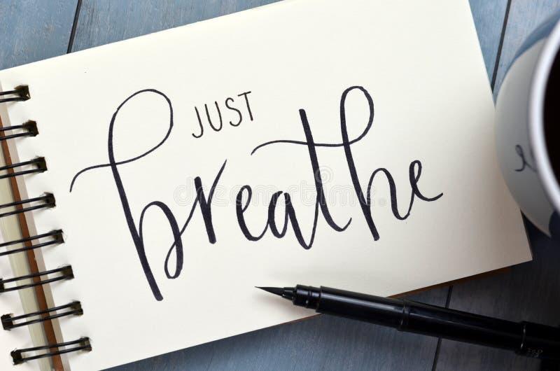 КАК РАЗ BREATHE рук-lettered в блокноте с ручкой щетки стоковое изображение rf