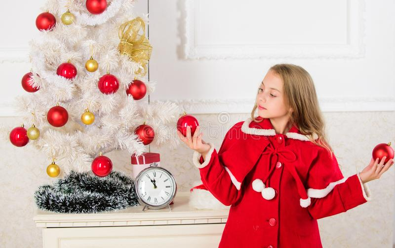 Как украсить рождественскую елку с ребенк Позволенный ребенк украшает рождественскую елку Любимая часть украшая Получать ребенка стоковая фотография