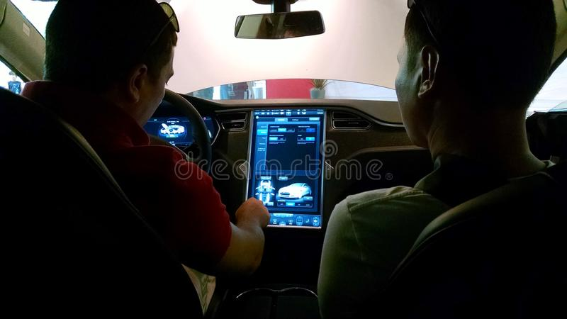 Как управлять электрическим автомобилем стоковые фотографии rf