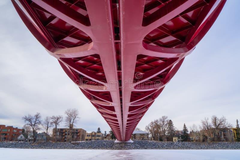 КАЛГАРИ, АЛЬБЕРТА, КАНАДА - 19-ОЕ МАРТА 2013: Мост мира над замороженным ре стоковое изображение