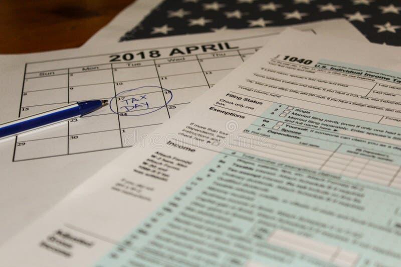 Календарь и формирует налоговую форму 1040 подоходного налога на 2017 показывая дней налога для хранить 17-ое апреля 2018 стоковое фото rf