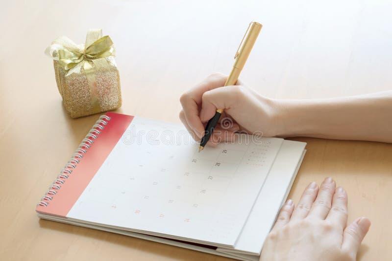 Календарь с подарочной коробкой и смычком стоковое фото rf