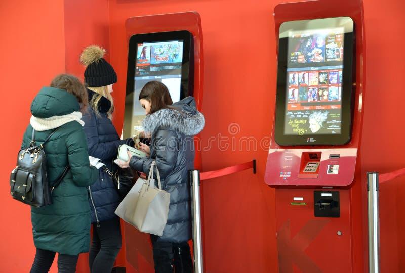 Калининград, Россия Аудитория покупает билеты на кино через стержни резервирования стоковое изображение rf