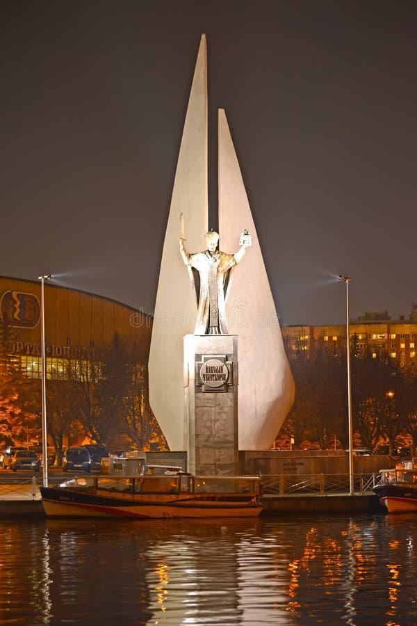 Калининград, Россия Взгляд памятников к Николасу Wonderworker и умер рыболовы в вечере стоковая фотография rf