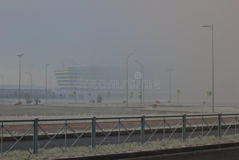 Калининград, Россия - 28,2018 -го ноябрь: Центральный футбольный стадион на сильном туманном дне стоковое изображение rf