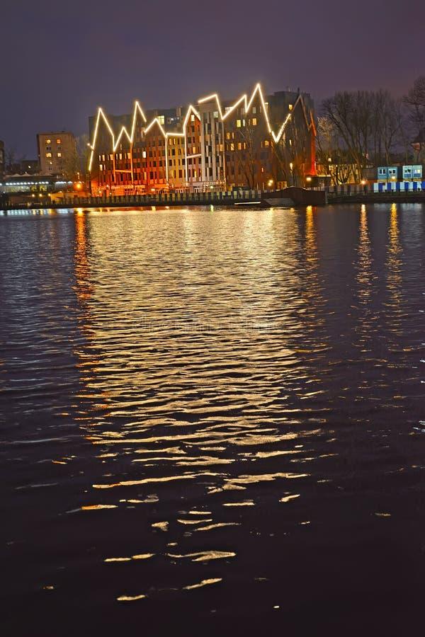 Калининград, Россия Отражение на воде декоративного освещения здания гостиницы Mercure стоковые фото