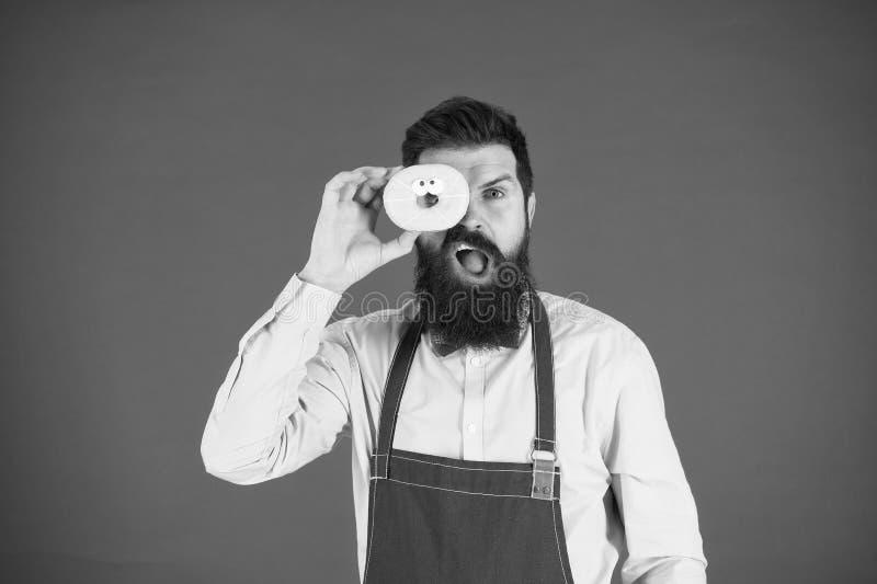 Калория Голод чувства шеф-повара Считать калории Диета и здоровая еда калория увеличения Бородатый человек в рисберме шеф-повара  стоковые фотографии rf
