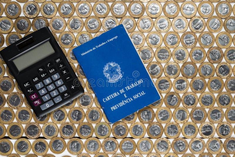 Калькулятор разрешения на работу и черноты на нескольких бразильский один реальный c стоковое фото rf
