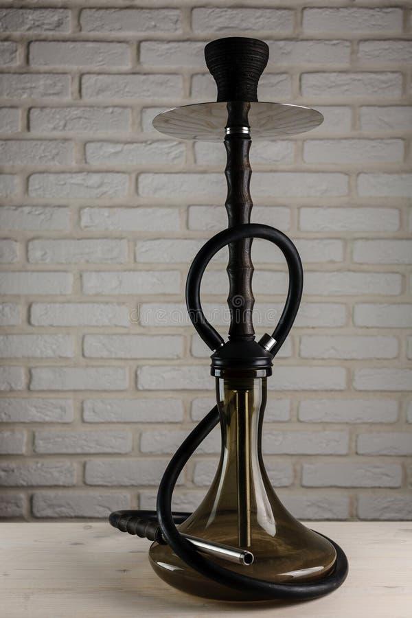 Кальян на белом деревянном столе стоковое изображение rf