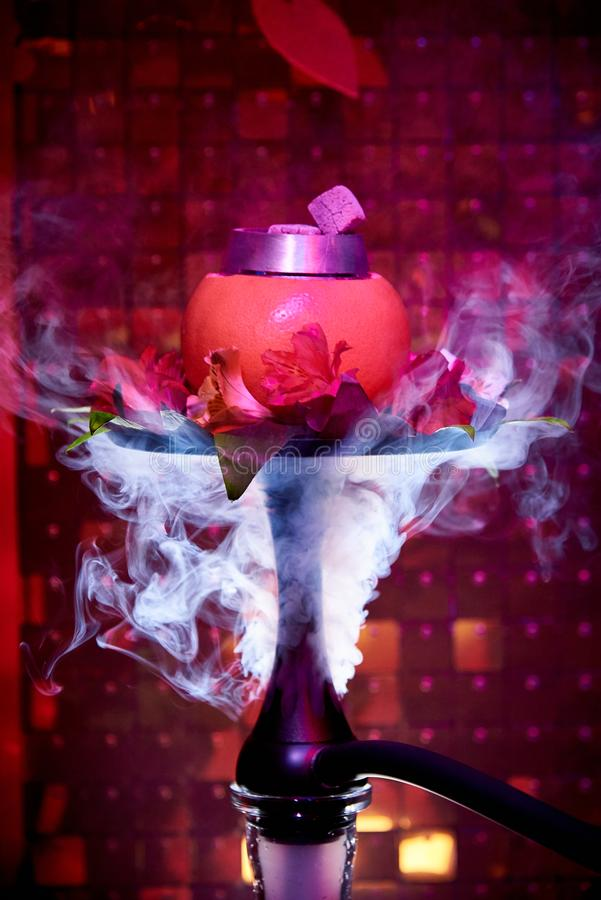 Кальян цитруса со свежими лилиями в облаке дыма стоковое изображение rf