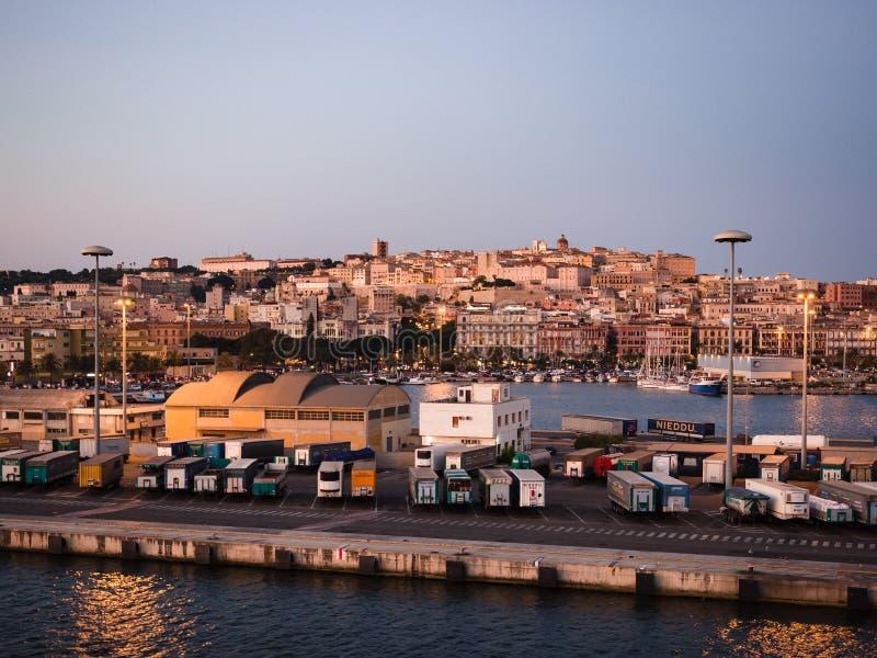 Кальяри увиденный от палубы корабля стоковые фото
