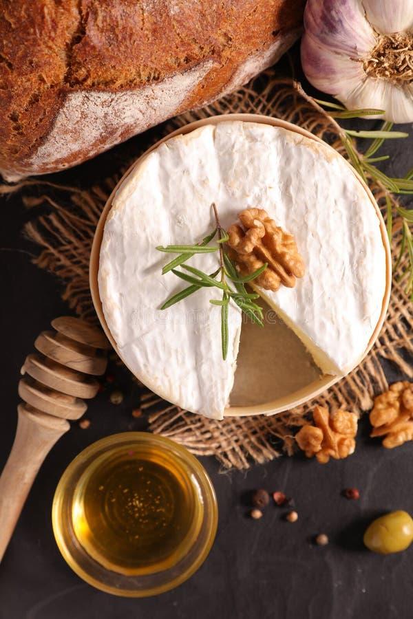 Камамбер с хлебом и медом стоковое изображение
