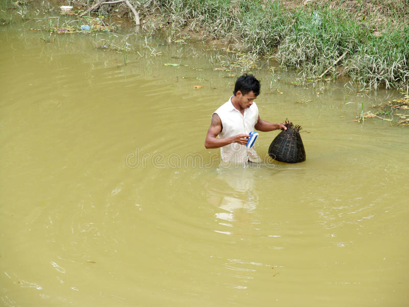 Камбоджийский человек в пакостном озере воды стоковые фото